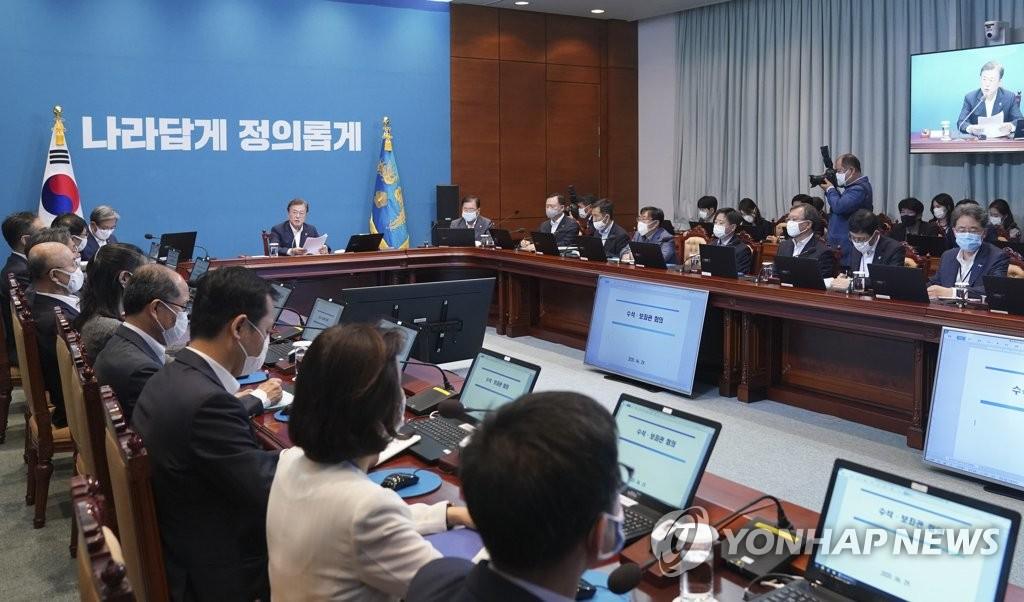 資料圖片:6月29日,南韓總統文在寅在青瓦臺主持首席秘書和輔佐官會議。 韓聯社
