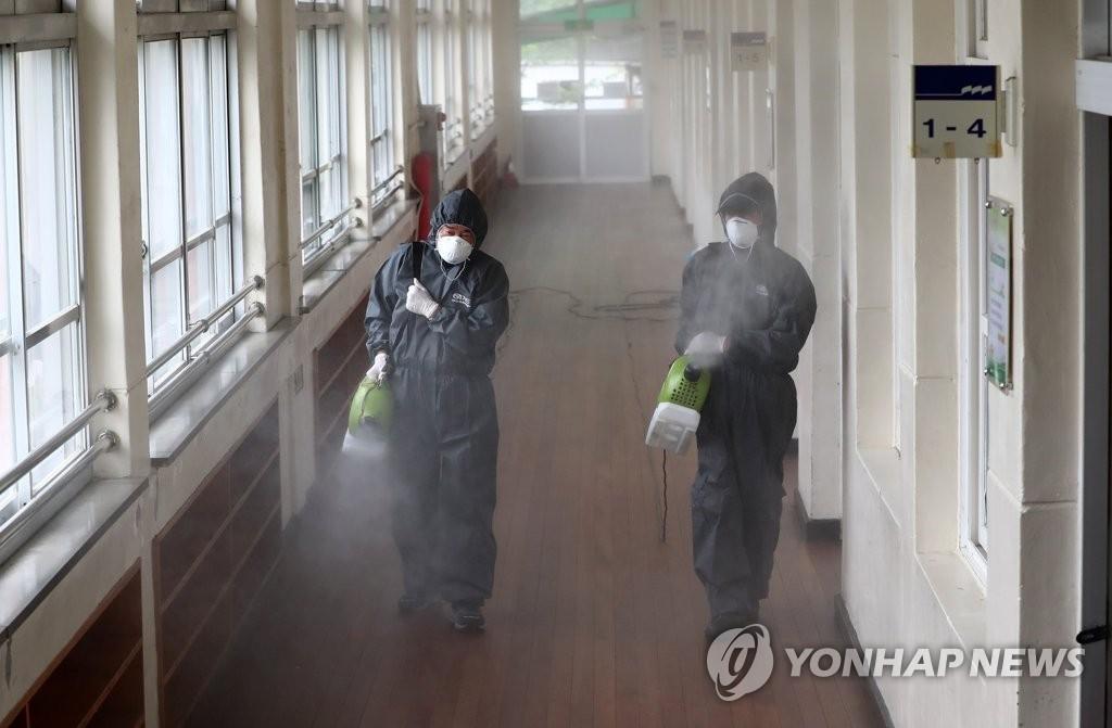資料圖片:6月30日,在位於大田市的一所小學,防疫部門對學校進行消毒防疫。 韓聯社