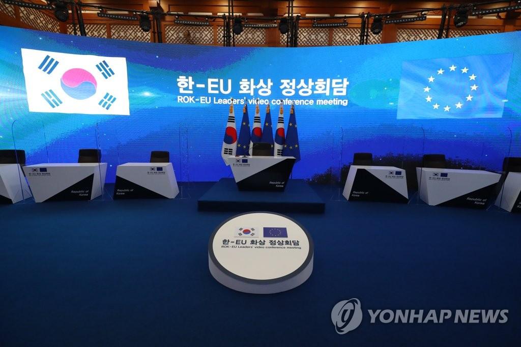 6月30日,南韓總統文在寅將以視頻方式與歐洲理事會主席米歇爾和歐盟委員會主席馮德萊恩舉行會談。圖為設在青瓦臺的會談場地。 韓聯社