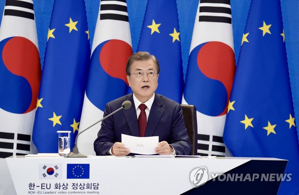 6月30日,在青瓦臺,南韓總統文在寅以視頻方式與歐洲理事會主席米歇爾和歐盟委員會主席馮德萊恩舉行會談。 韓聯社