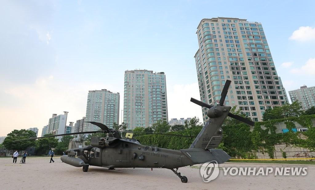 美軍直升機迫降漢江公園