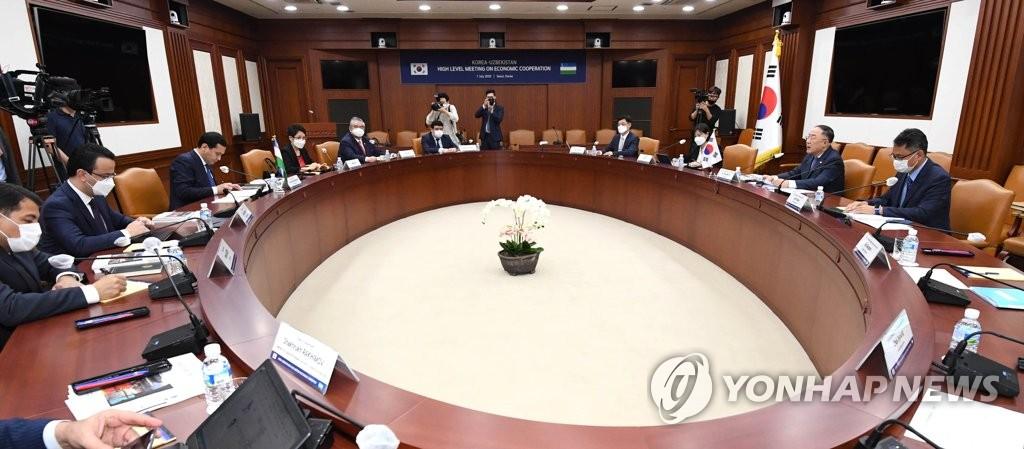 7月7日下午,在中央政府首爾辦公樓,洪楠基(右二)和烏穆爾扎科(左三)舉行會晤。 南韓企劃財政部供圖(圖片嚴禁轉載複製)