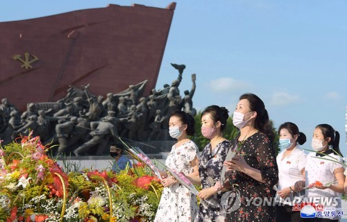 朝鮮民眾瞻仰領袖銅像