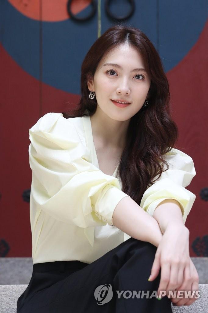 7月9日,在位於首爾市鐘路區的南韓聯合通訊社(韓聯社)大樓,演員姜知英接受採訪前擺姿勢供記者拍照。姜知英主演的《宵夜男女》近日收官。 韓聯社