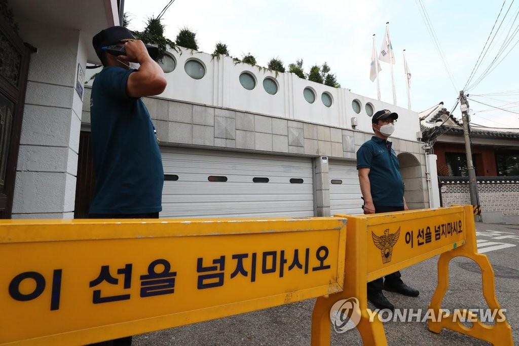 7月9日下午,在首爾市長官邸,警方擺起拒馬劃設警戒區。 韓聯社