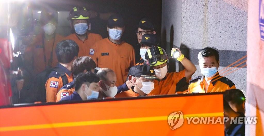 資料圖片:7月9日晚,在設于首爾市城北區的指揮總部,南韓119搜救隊員討論有關搜尋首爾市長樸元淳的工作情況。 韓聯社