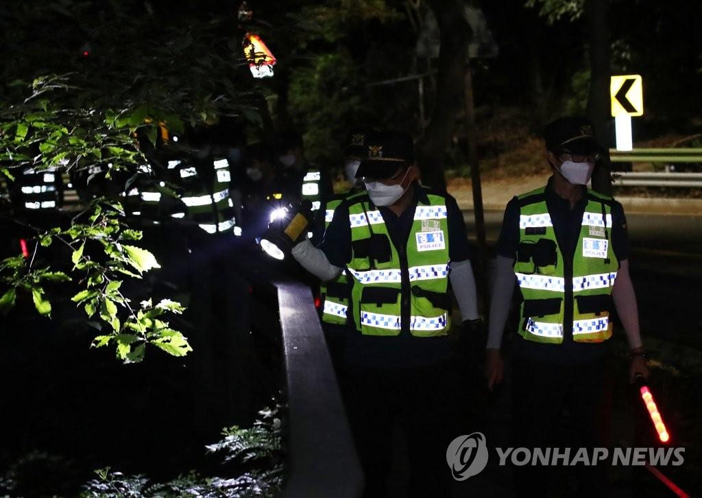資料圖片:7月9日晚,在首爾市北嶽山一帶,南韓警方接到首爾市長樸元淳失蹤報案後展開搜尋工作。 韓聯社