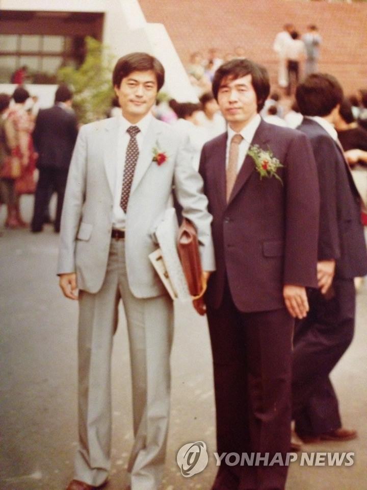 資料圖片:青年時期的文在寅(左)和樸元淳在司法研修院結業典禮上合影。 韓聯社