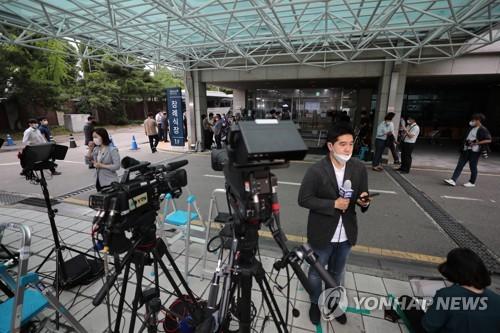 首爾大學醫院殯儀館被記者包圍