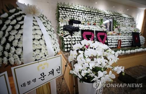 文在寅送花圈弔唁韓戰英雄