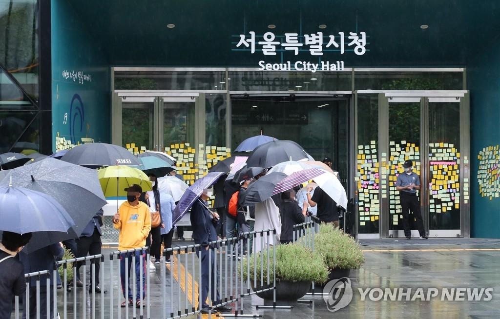 7月13日上午,在首爾市政廳,市民前來參加樸元淳遺體告別儀式。 韓聯社