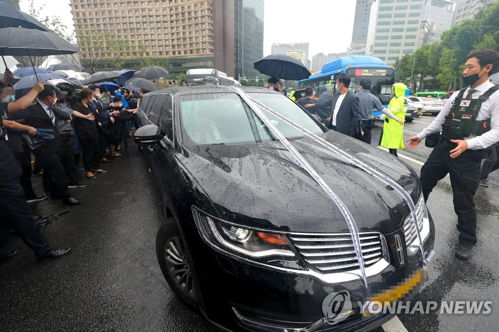 7月13日上午,首爾市政廳,樸元淳的靈車離開遺體告別儀式現場。 韓聯社