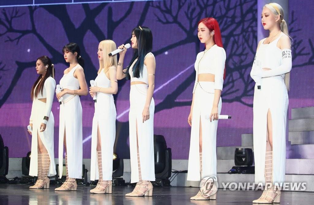 7月13日,在首爾市廣津區YES24 LIVE HALL,女團GFRIEND在迷你專輯《回:Song of the Sirens》搶聽會上展示新歌舞臺。 韓聯社