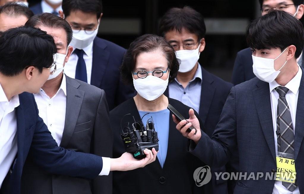 7月14日下午,在位於首爾市瑞草區的中央地方法院,李明姬走出法庭。 韓聯社