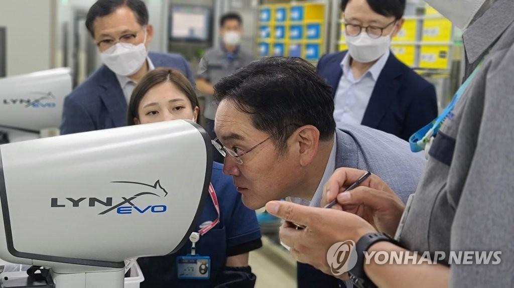 資料圖片:7月16日,在釜山,三星電子副會長李在鎔視察的三星電機片式多層陶瓷電容器(MLCC)工廠。 韓聯社/三星電子供圖(圖片嚴禁轉載複製)