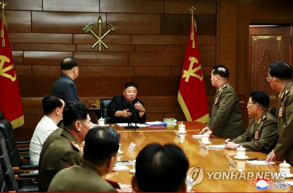 7月18日,在朝鮮勞動黨中央黨部,金正恩(中)主持黨中央軍委會第5次擴大會議。 韓聯社/朝中社(圖片僅限南韓國內使用,嚴禁轉載複製)