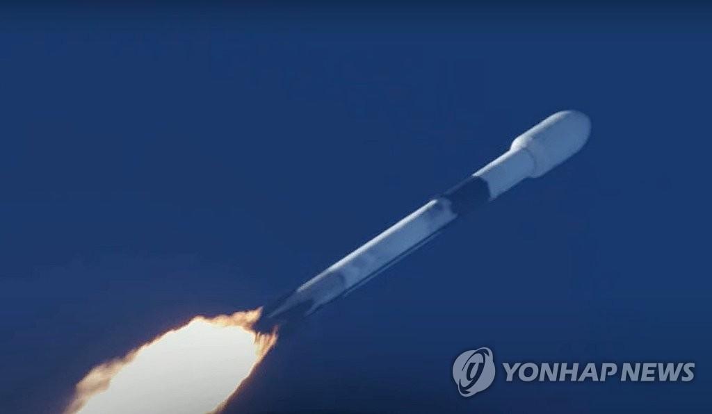 """美國東部時間7月20日上午,在佛羅�媢F州卡納維拉爾空軍基地,""""獵鷹9""""號火箭載著""""Anasis-II""""號衛星點火升空。 韓聯社/SpaceX優兔截圖(圖片嚴禁轉載複製)"""