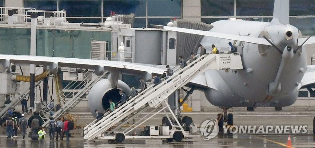 7月24日上午,在仁川國際機場,韓軍空中加油機KC-330搭載旅伊韓僑平安抵返。2架空中加油機此次被派遣至新冠疫情嚴重的伊拉克撤回290多名韓僑。 韓聯社