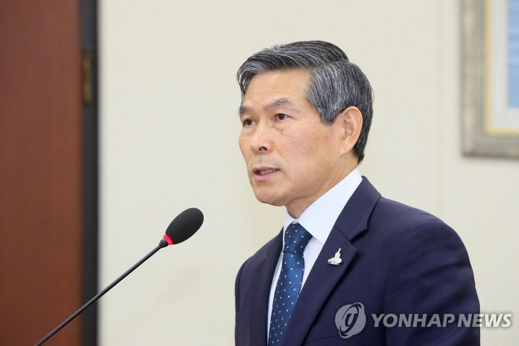 7月28日,南韓國防部長官鄭景鬥在國會國防委員會全體會議上做彙報。 韓聯社