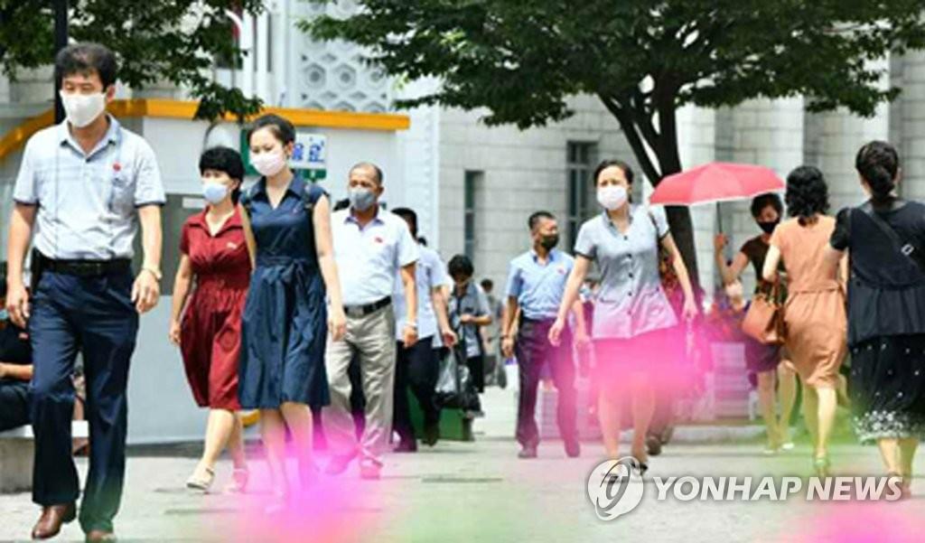 資料圖片:平壤市民佩戴口罩出行。 韓聯社/《勞動新聞》官網截圖(圖片嚴禁轉載複製)