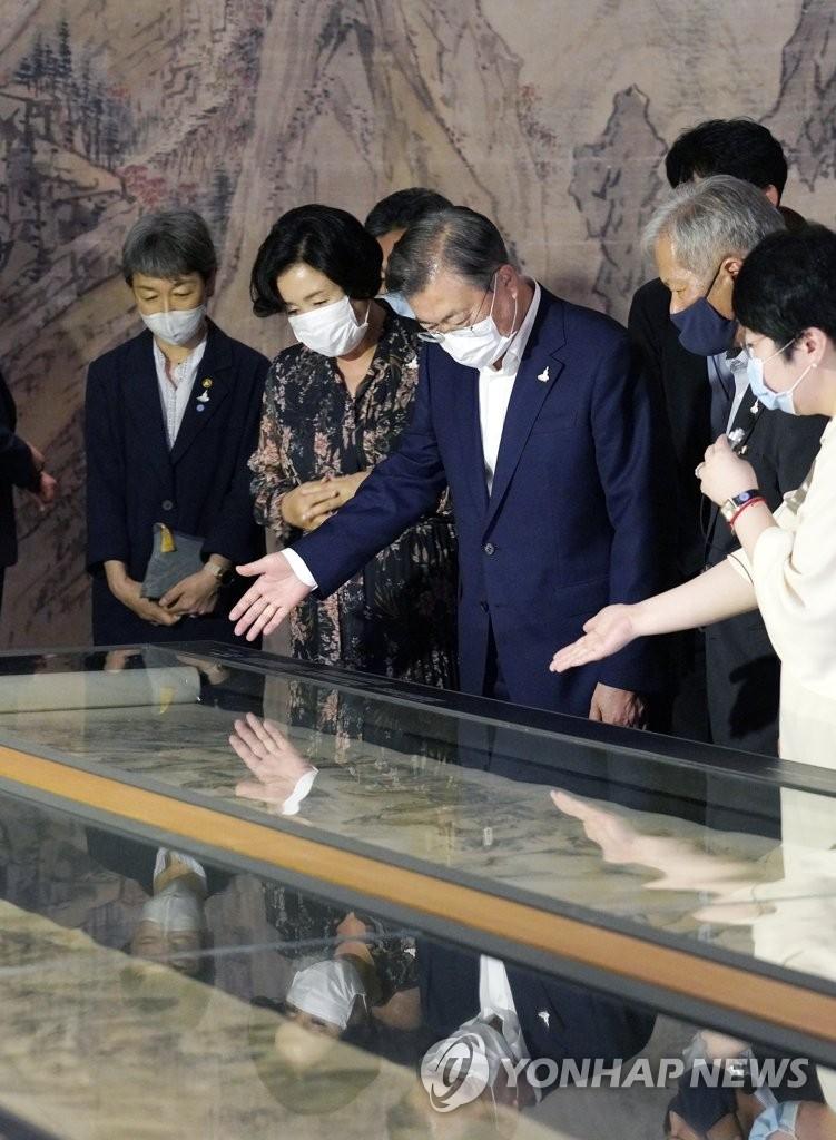 7月30日,南韓總統文在寅(左三)攜夫人金正淑女士(左二)在國立中央博物館觀看大型國寶展覽。這是文在寅在新冠疫情爆發後首次出席文化活動。 韓聯社