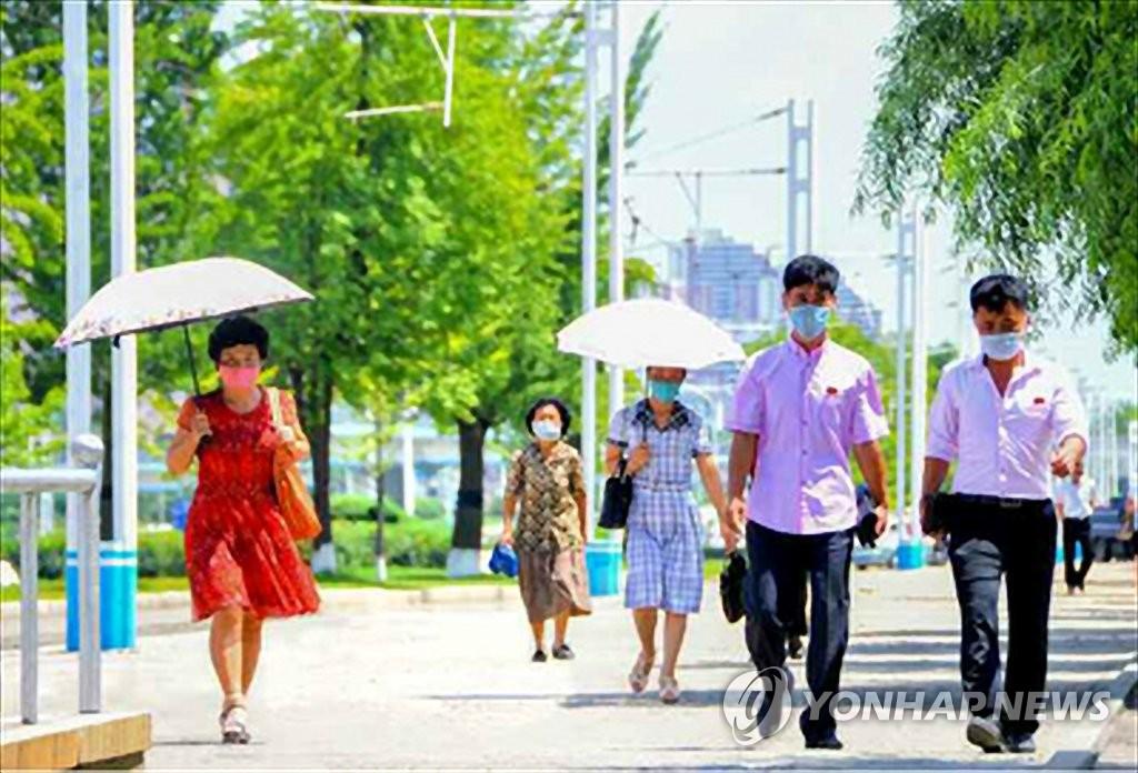 圖為平壤居民戴口罩出行。 韓聯社/《勞動新聞》官網截圖(圖片僅限南韓國內使用,嚴禁轉載複製)