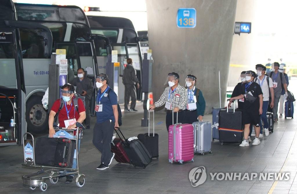 自伊韓僑乘專車離開機場