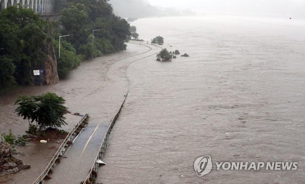 8月3日,江原道春川市北漢江因暴雨氾濫,周圍的公路被洪水淹沒。 韓聯社