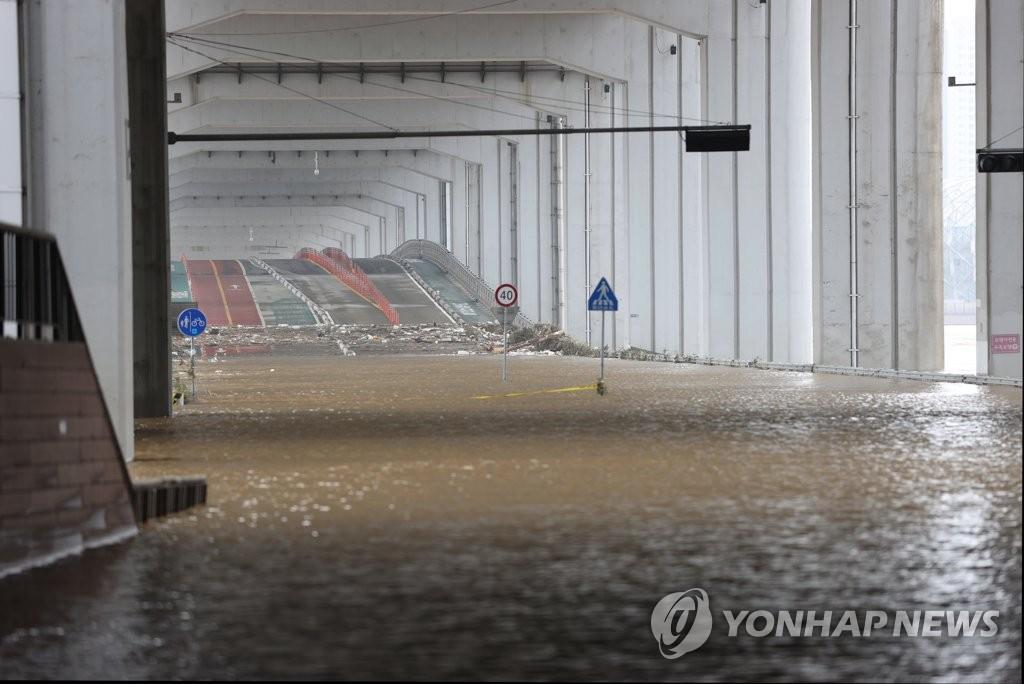 資料圖片:8月4日上午,受暴雨影響,漢江水位暴漲導致橋梁被水淹沒。 韓聯社