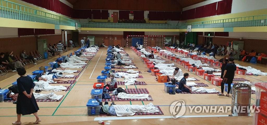 資料圖片:8月6日淩晨,京畿道坡州市市民在避災安置點休息。 韓聯社