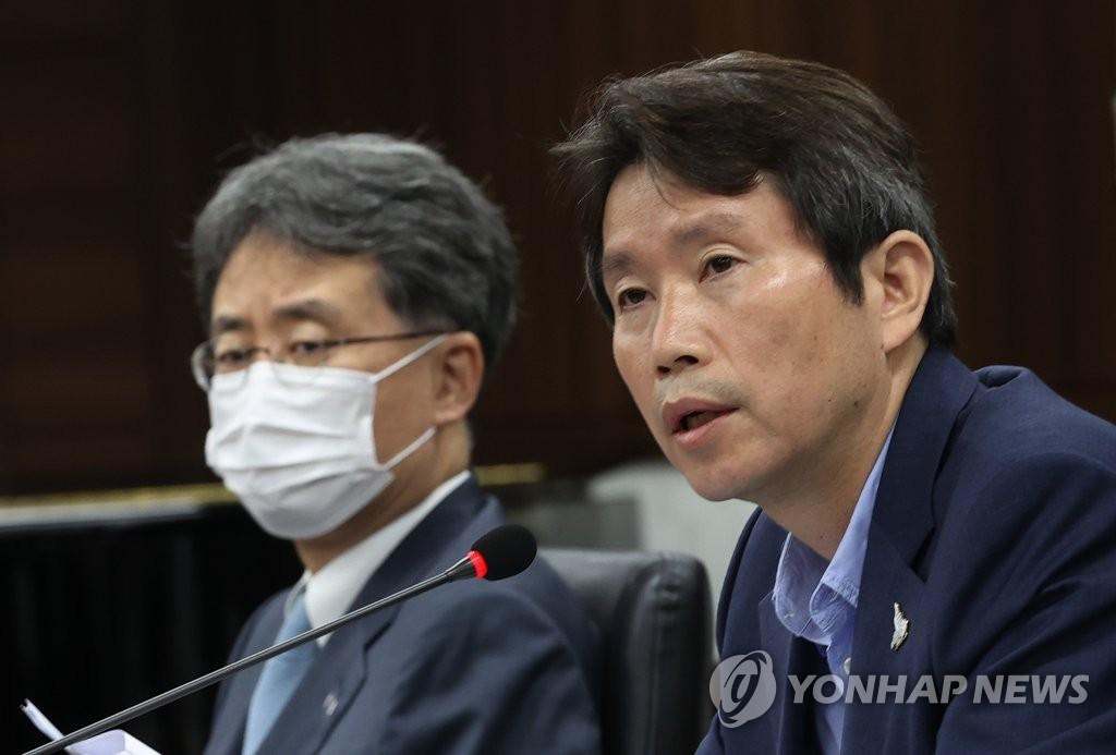 8月6日,統一部長官李仁榮(右)主持召開南北交流合作推進協議會第316次會議。 韓聯社