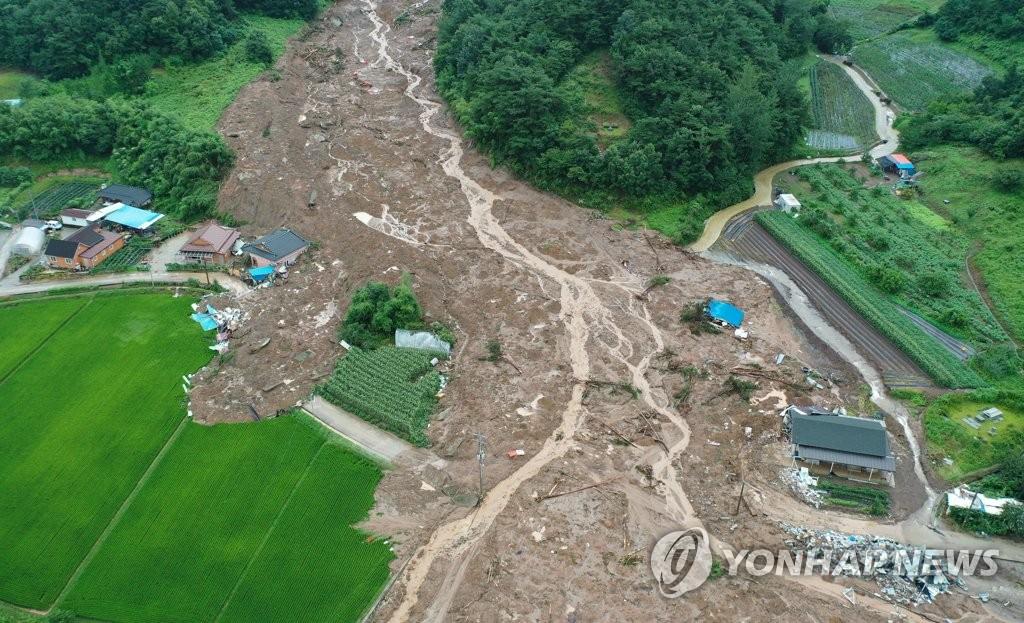 資料圖片:8月8日下午,全羅南道谷城郡的一村莊發生山體滑坡,房屋被泥石流掩埋。該地區前一天晚上發生一起山體滑坡,造成5人死亡。 韓聯社