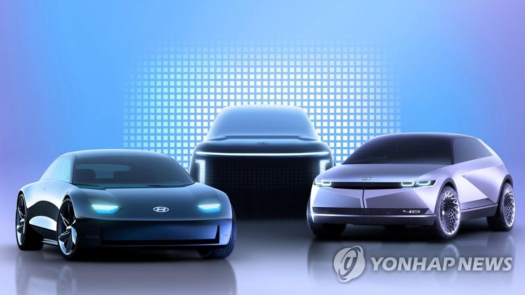 """資料圖片:現代汽車8月10日表示,公司敲定旗下電動汽車專屬品牌名為""""IONIQ""""。圖為將於明年面市的IONIQ3款不同車型,左起依次是IONIQ 6、IONIQ 7、IONIQ 5。 韓聯社/現代汽車供圖(圖片嚴禁轉載複製)"""