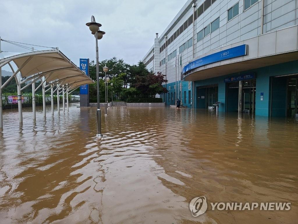 資料圖片:8月10日下午,位於京畿道楊州市的楊州地鐵站被水淹沒。 韓聯社/讀者供圖(圖片嚴禁轉載複製)