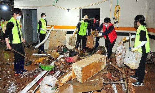 中國留學生幫助災後重建