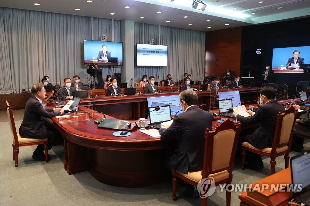 8月24日,在青瓦臺,總統文在寅(左)主持幕僚會議。 韓聯社