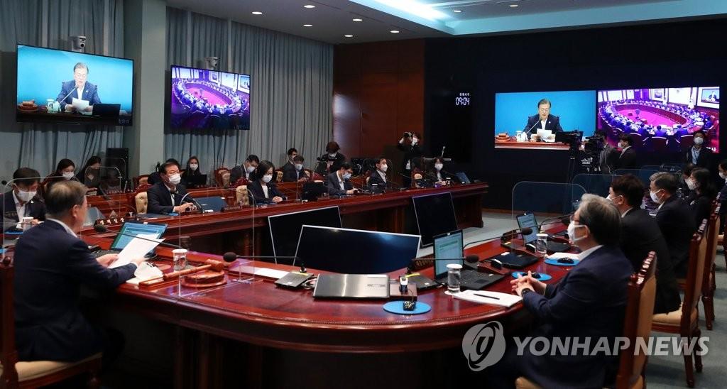 8月25日,在青瓦臺,文在寅(左一)主持召開國務會議。 韓聯社