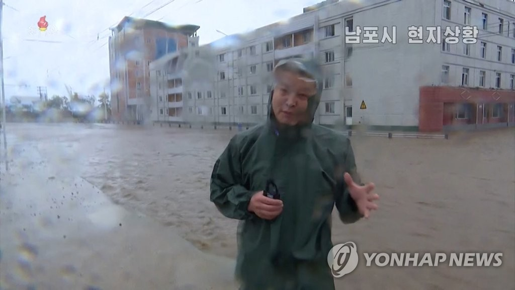 據朝鮮中央電視臺8月27日報道,颱風北上給南浦市帶來強降水,市區多處路段被掩,交通癱瘓。 韓聯社╱朝鮮央視(圖片僅限南韓國內使用,嚴禁轉載複製)