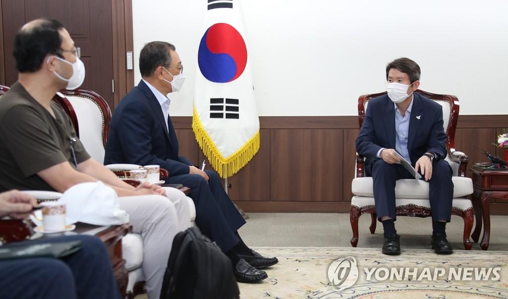 8月28日,在中央政府首爾辦公樓,李仁榮(右一)會見投資金剛山的韓商。 韓聯社
