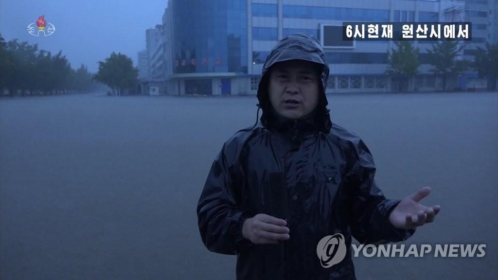 資料圖片:9月3日上午6時,朝鮮中央電視臺記者對江原道元山市的受災情況進行現場報道。 朝鮮中央電視臺截圖(圖片僅限南韓國內使用,圖片嚴禁轉載複製)