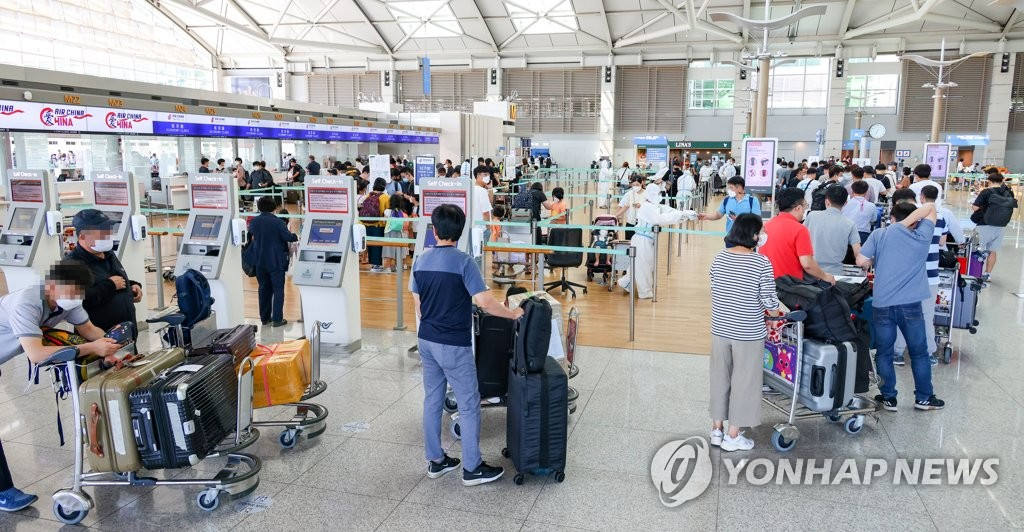 資料圖片:9月4日下午,在仁川國際機場,即將飛往中國北京的現代汽車員工正在辦理登機手續。 韓聯社