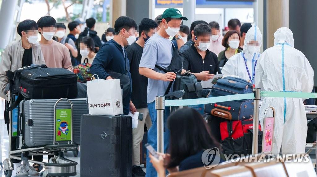 資料圖片:9月4日下午,在仁川國際機場,現代汽車員工正在辦理登機手續。 韓聯社