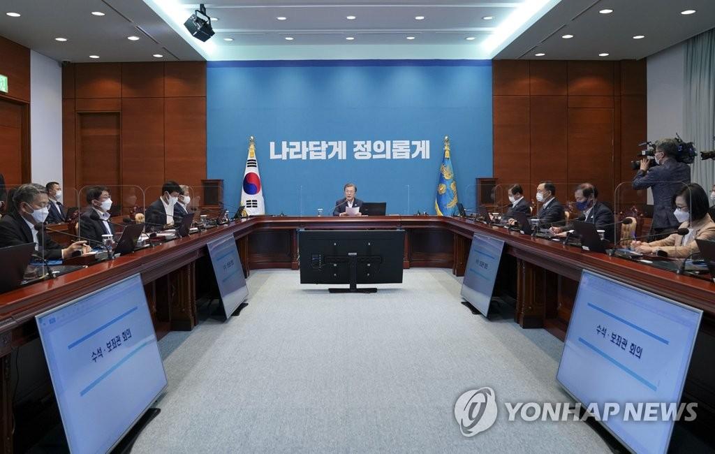 9月7日,總統文在寅在青瓦臺主持召開首席秘書和輔佐官會議。 韓聯社