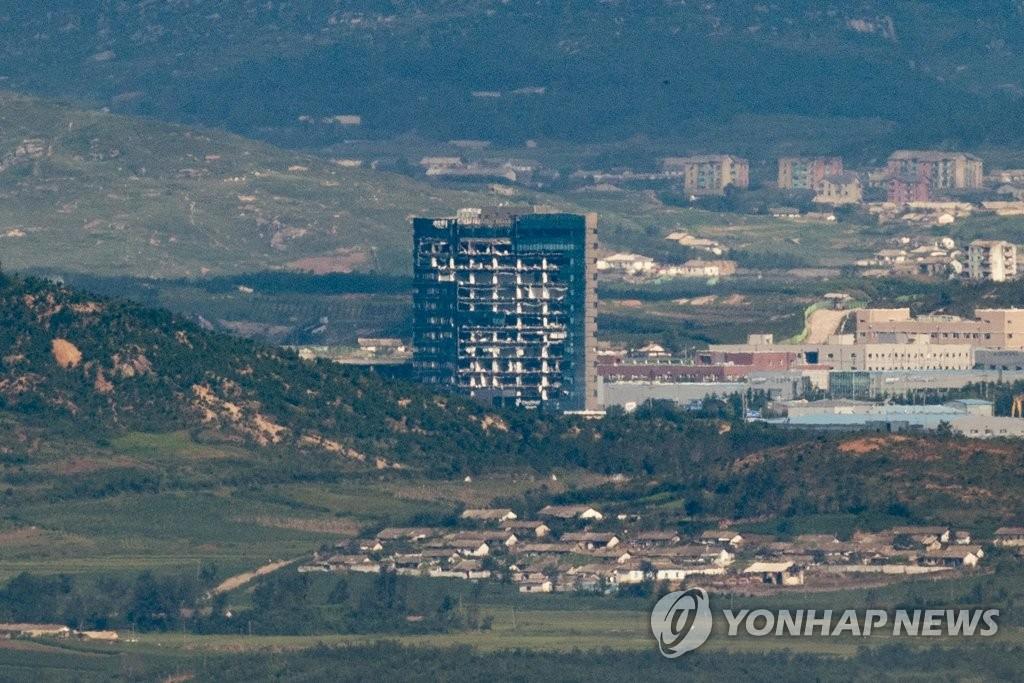 資料圖片:瞭望臺上遠眺位於朝鮮的韓朝聯辦。 韓聯社