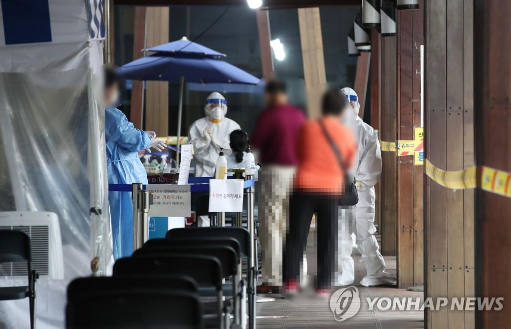 市民們排隊待檢。 韓聯社