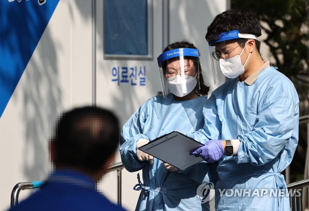 資料圖片:篩查點的醫療工作者 韓聯社