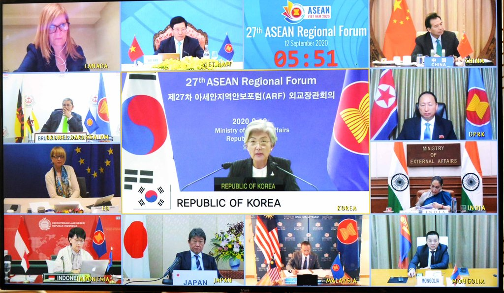 9月12日,康京和(居中)出席東盟地區論壇外長會。 韓聯社/外交部供圖(圖片嚴禁轉載複製)