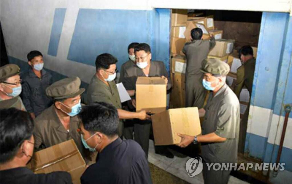 資料圖片:朝鮮《勞動新聞》17日報道,朝鮮勞動黨中央委員會各部門和幹部家屬為鹹鏡道災民捐贈賑災物資。 韓聯社/《勞動新聞》官網截圖(圖片嚴禁轉載複製)