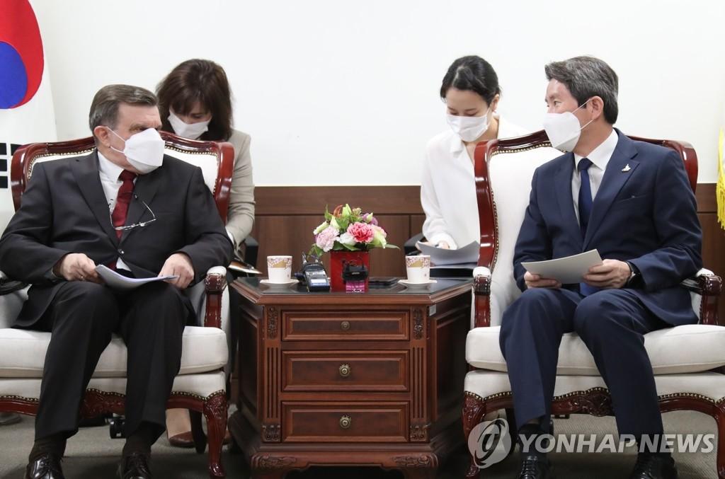韓統一部長官會見俄大使強調韓朝俄三邊合作
