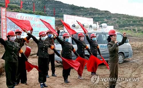 朝鮮宣傳隊為重建災區打氣